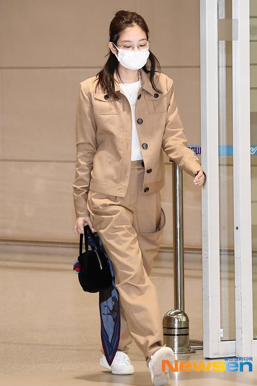 Nổi tiếng là một nữ hoàng thời trang sân bay, Jennie luôn được chờ đón mỗi khi xuất hiện. Tuy nhiên phong cách của thành viên Black Pink trong những lần gần đây gây thất vọng vì không giữ được vẻ sang chảnh như trước.