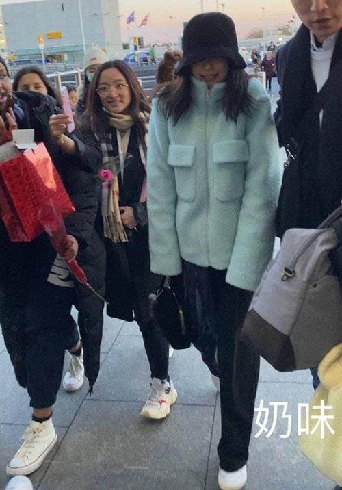 Người hâm mộ cho rằng việc Jennie sụt giảm phong độ mặc đẹp chỉ là nhất thời. Lịch trình bận rộn với những ngày ra sân bay đến 3 lần, cùng với đó là thời tiết lạnh giá khiến cô khó giữ được thần tháisang chảnh mọi lúc.