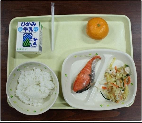 Bữa ăn trưa truyền thống của Nhật Bản dành cho học sinh. Ảnh: Mainichi.