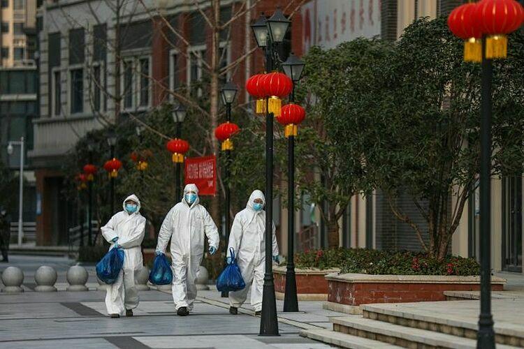 Nhân viên mặc đồ bảo hộ tại Vũ Hán. Ảnh: AFP.