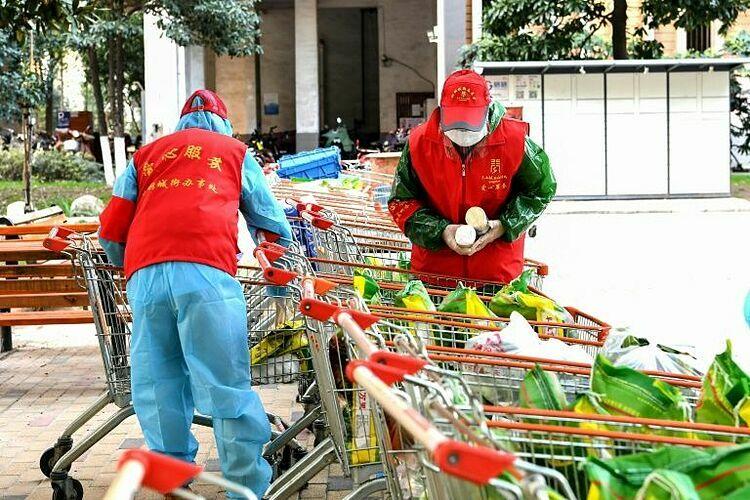 Nhiều cư dân Vũ Hán sử dụng các dịch vụ mua số lượng lớn để có thức ăn và các mặt hàng khác giao đến nhà. Một số khu phố ở Vũ Hán mở dịch vụ mua hàng theo nhóm, trong đó họ đặt hàng ở siêu thị với số lượng lớn. Ảnh: AFP.