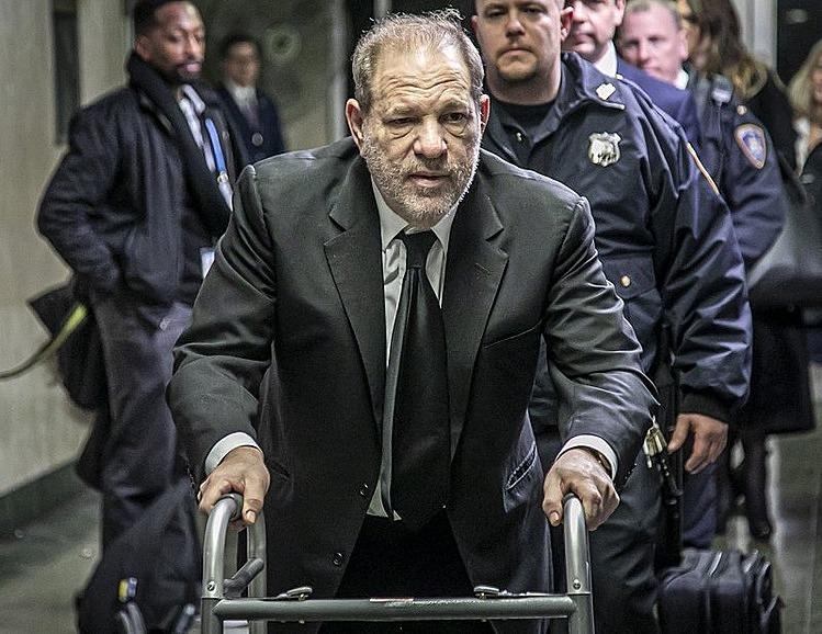 Ông trùm lẫy lừng một thời của Hollywood sử dụng xe đẩy để đến các phiên tòa. Ảnh: AP.