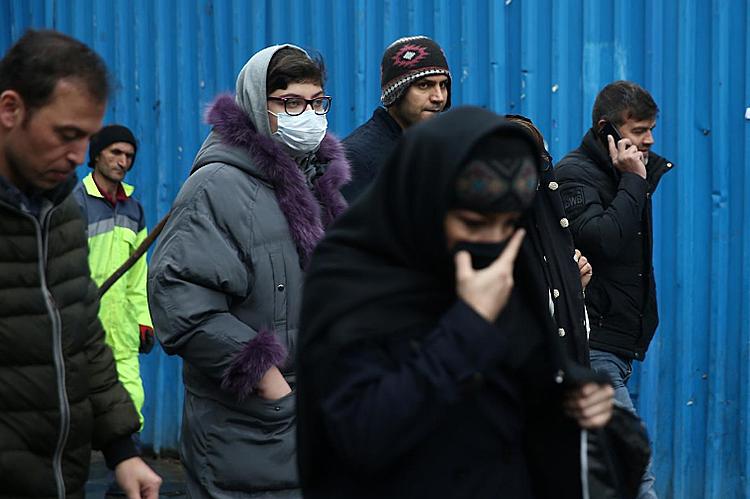 Người phụ nữ Iran đeo khẩu trang để ngăn nhiễm nCoV tại Tehrran, Iran ngày 20/2. Ảnh: Reuters.