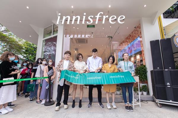 innisfree vừa khai trương cửa hàng đầu tiên tại Đà Nẵng. Showroom toạ lạc tại số 40 Nguyễn Văn Linh, phường Nam Dương, quậnHải Châu, thiết kế hiện đại.