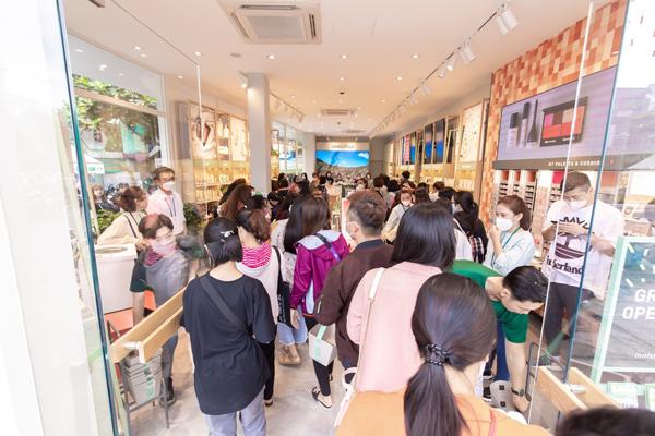 Khách hàng tấp nập check-in trong sự kiện khai trương để có cơ hội nhận nhiều quà tặng từ thương hiệu.