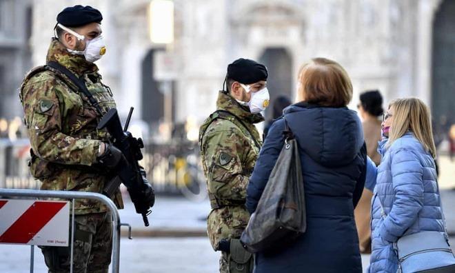 Binh sĩ Italy đeo khẩu trang ở quảng trường Duomo, Milan. Ảnh: AP.