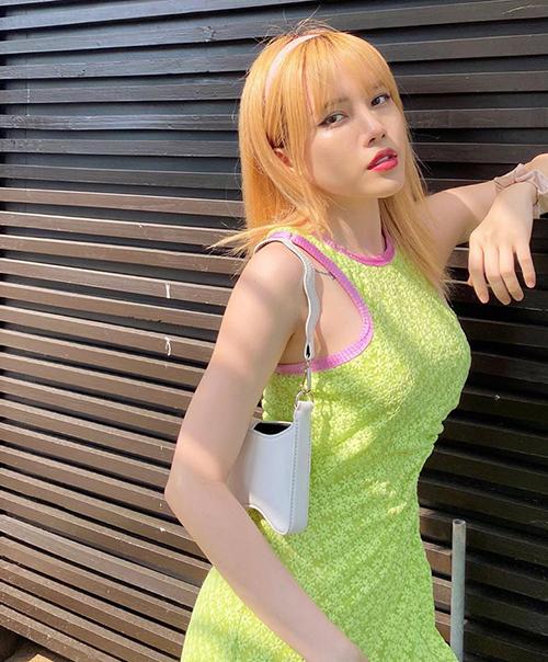 Manh nha hot từ cuối năm 2019, bờm nhựa màu mè hứa hẹn vẫn sẽ được ưa chuộng mùa hè vì giúp tạo kiểu rất nhanh chóng mà lại xinh xắn. Mái tóc của Thiều Bảo Trâm càng thêm sáng bừng nhờ chiếc bờm màu pastel.