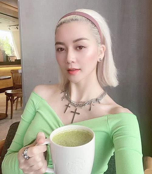 Thiều Bảo Trang chứng minh bờm vintage không chỉ hợp vói những cô gái có phong cách điệu đà mà mix đồ ngầu cũng rất chuẩn.