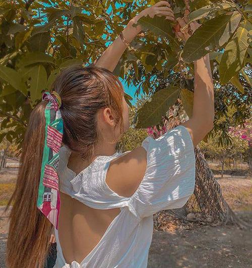 Minh Hằng mang đến gợi ý thú vị cho các cô gái trong ngày hè. Chiếc khăn màu sắc thành điểm nhấn lý tưởng cho kiểu tóc buộc cao của nữ ca sĩ.