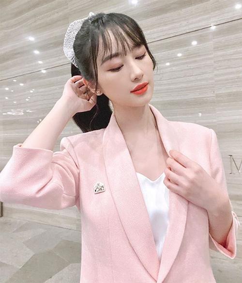 Jun Vũ dùng chun vải to bản, giúp mái tóc càng thêm nổi bật.