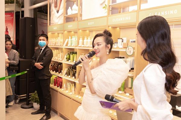 Chia sẻ tại sự kiện, Phương Ly hy vọngcác bạn gái sẽ tìm thấynhững sản phẩm phù hợp với làn da và ngày càng tự tin hơn về vẻ đẹp của mình.