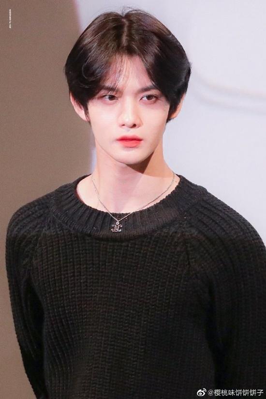Bae Ji Young cũng được ca ngợi là một trong những idol sở hữu khuôn mặt nhỏ nhất làng giải trí. Ở Hàn Quốc, kích cỡ gương mặt là một trong những yếu tố chấm điểm nhan sắc. Mặt càng nhỏ nhắn càng được khen xinh đẹp, thanh tú.