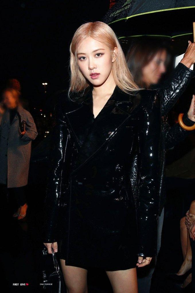 <p> Tại show Saint Laurent mùa trước, Rosé cũng diện cây đồ đen. Tuy nhiên bộ đồ da và cách trang điểm giúp cô trông sắc sảo hơn.</p>
