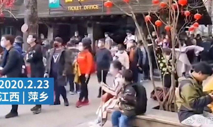 Người Trung Quốc vẫn tụ tập du xuân giữa dịch bệnh