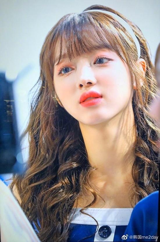 Yoona nổi tiếng với gương mặt nhỏ nhắn, cổ thon dài với tỉ lệ hoàn hảo như búp bê. Thành viên Oh My Girl gây sốt với vẻ đẹp trong sáng, thơ ngây. Cô nàng từng nhiều lần được khen ngợi với khuôn mặt được khen nhỏ như đĩa CD.