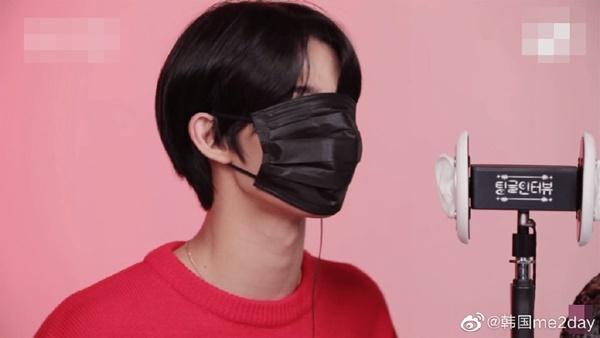 Khẩu trang bình thường cũng che kín được khuôn mặt của Bae Jin Young.