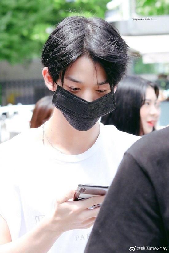 Chiếu khẩu trang nhìn như quá khổ, thừa ở hai bên trên khuôn mặt của Bae Jin Young.