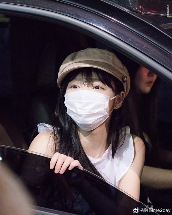 Vì mặt của Yooa quá nhỏ nên nhiều người cho rằng cô nàng đang đeo khẩu trang có size lớn, thực tế đây là item bình thường mà ai cũng sử dụng.