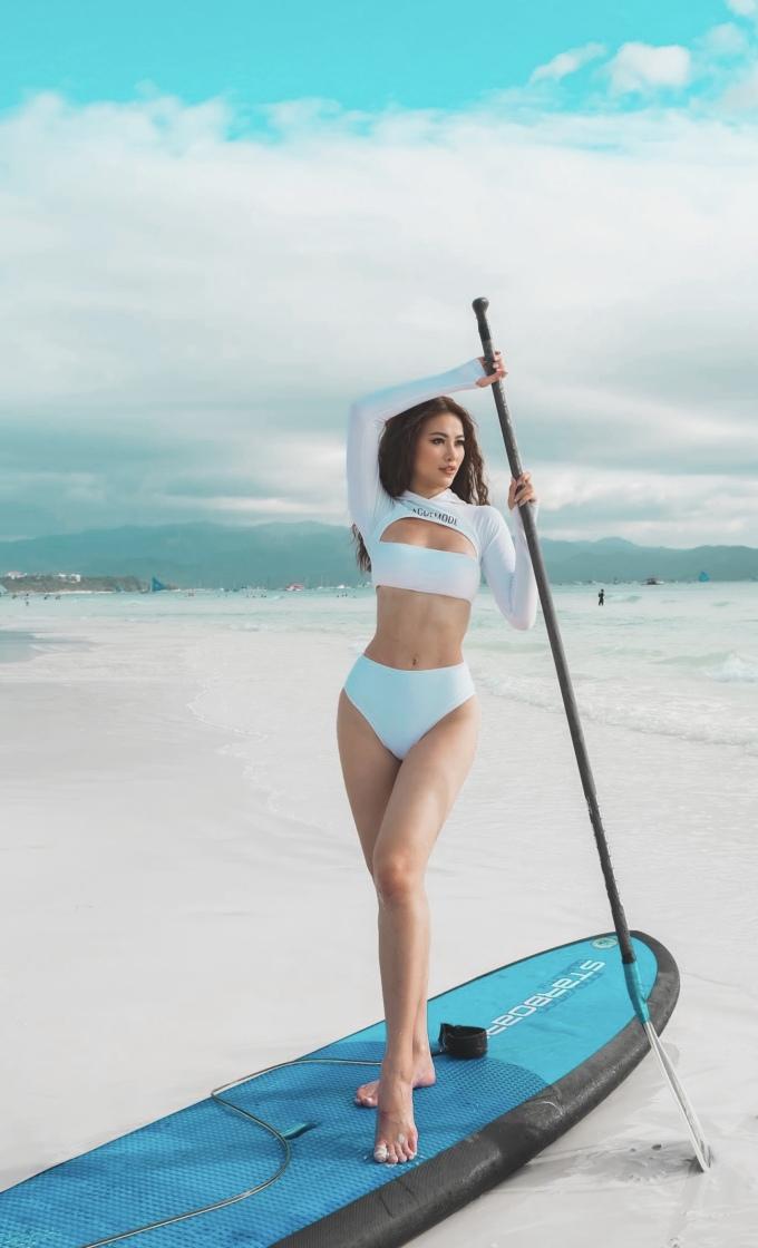 """<p> Diện bikini, Phương Khánh khoe vóc dáng """"đồng hồ cát"""" với số đo 85-58-94 cm.</p>"""