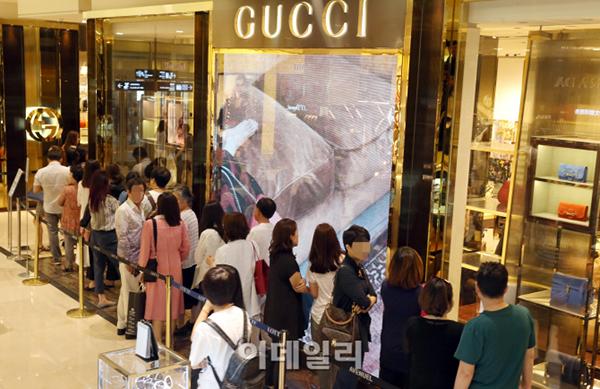 Cảnh xếp hàng quen thuộc trước cửa hàng Gucci ở Seoul. Ảnh: Edaily.