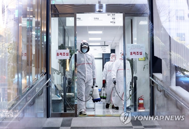 Nhân viên y tế tại một bệnh viện ở Busan. Ảnh: Yonhap.