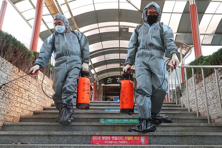 Một hoạt động khử trùng tại viện nghiên cứu ở Hàn Quốc, nơi các trường hợp virus corona đã vượt qua mốc 1.000. Ảnh: Xinhua.