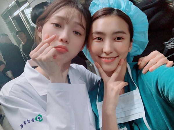 Lee Sung Kyung và Yoon Bora thân thiết chụp selfie trong ngày Người thầy y đức 2 đóng máy.