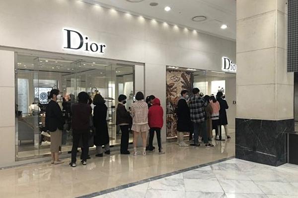 Cảnh xếp hàng trước cửa hiệu Dior ở Shinsegae vào ngày 22/2. Ảnh: Mt.