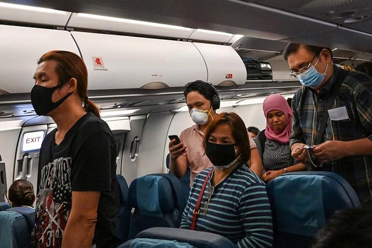 Hành khách trên máy bay tại sân bay Suvarnabhumi, Bangkok. Ảnh: AFP.