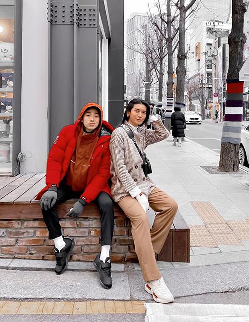 Giữa lúc dịch Covid-19 bùng phát ở Hàn Quốc, Hải Triều - BB Trần vẫn vui vẻ vi vu khắp Seoul. Hai anh chàng hóm hỉnh không sợ bị cách ly vì bình thường cũng không ai chơi.