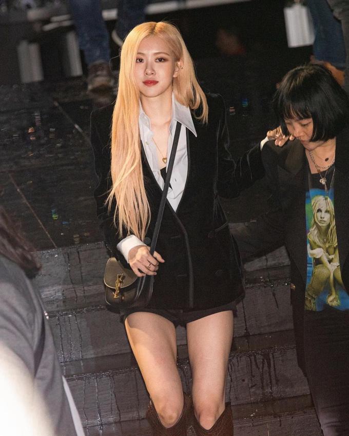 <p> Thành viên Black Pink giữ lối trang điểm, làm tóc quen thuộc trong lần này. Mái tóc vàng là điểm nhấn giúp tổng thể của cô thêm nổi bật.</p>