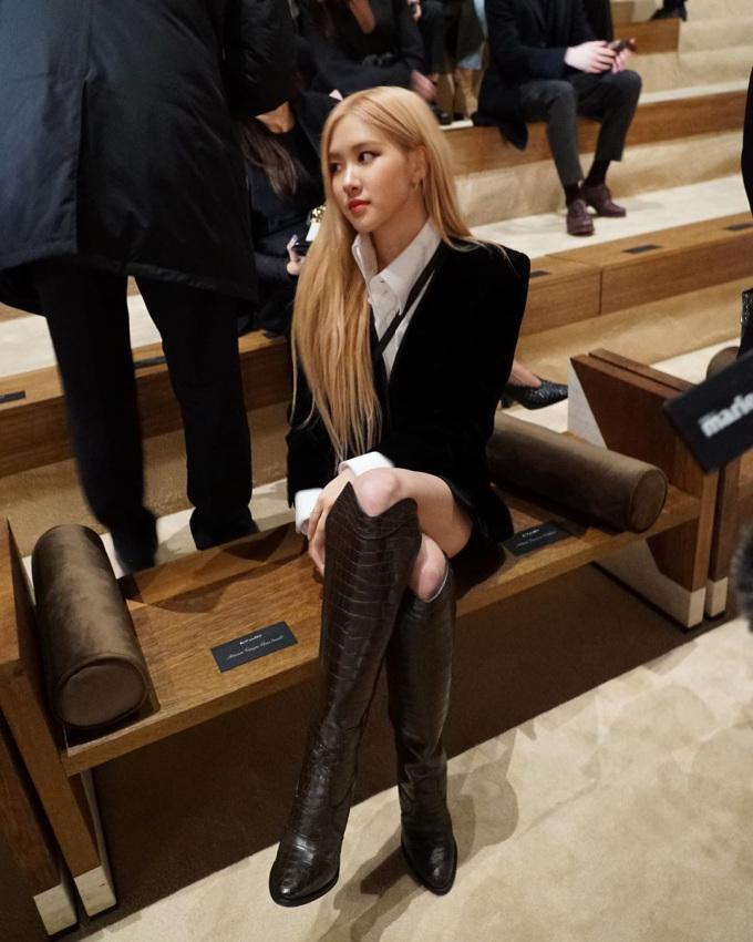 <p> Trước đó khi ra sân bay sang Paris, người đẹp diện cây đồ giá gần 300 triệu đồng rất đẳng cấp, vì thế fan hy vọng hình ảnh của cô trong show sẽ bùng nổ.</p>