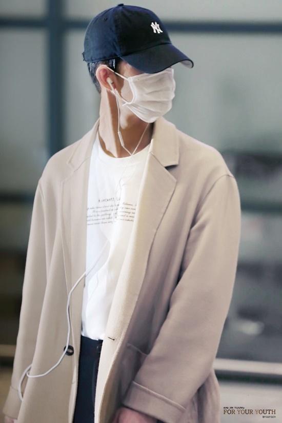 Với combo khẩu trang và mũ lưỡi trai, thành viên CIX chê được cả khuôn mặt khi ra sân bay.