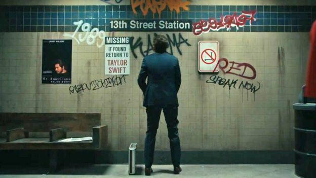 6 album của Taylor được ghi tên trên tường, cùng dòng chữ Mất tích. Nếu tìm thấy hãy hoàn trả cho Taylor Swift.