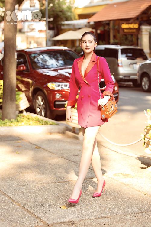 Ngân Anh thay set đồ thứ hai trong buổi phỏng vấn. Cô mặc vest hồng hot trend, xách túi Louis Vuitton và đi giày Zara.