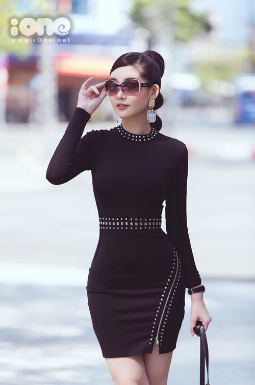 Ngân Anh mặc set đồ thứ ba ở buổi phỏng vấn. Cô mặc đầm Guess kết hợp cùng giày Gucci, túi Roberto Cavalli và đeo kính Chopard.