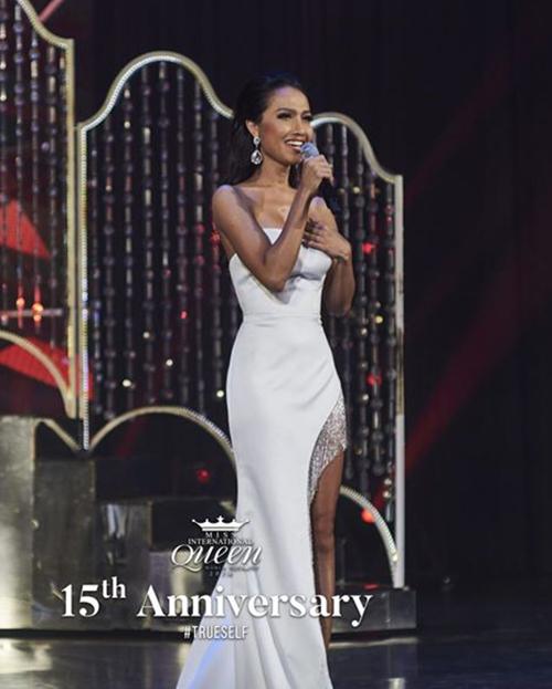Trang phục tông trắng cũng được Hoài Sa yêu thích. Tuy nhiên lựa chọn này khiến đại diện Việt Nam khó tỏa sáng dưới ánh đèn sân khấu.