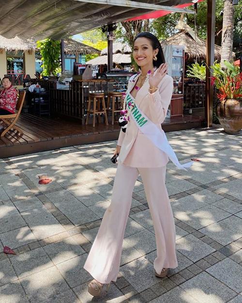Trang phục suit giúp Hoài Sa giấu nhược điểm rất tốt và tăng vẻ hiện đại, quyền lực. Sau khi cùng các thí sinh tham dự những hoạt động của cuộc thi, người đẹp sẽ bước vào chung kết diễn ra tối 7/3.