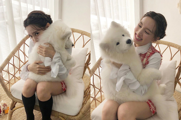 Na Yeon ôm cún trắng như ôm em bé khiến các fan kêu gào dễ thương không chịu nổi.