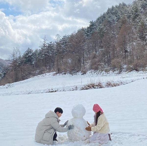 Park Min Young và Seo Kang Joon cùng đắp người tuyết lãng mạn trong một cảnh nhá hàng cho bộ phim mới Ill Go to You When the Weather Is Nice.