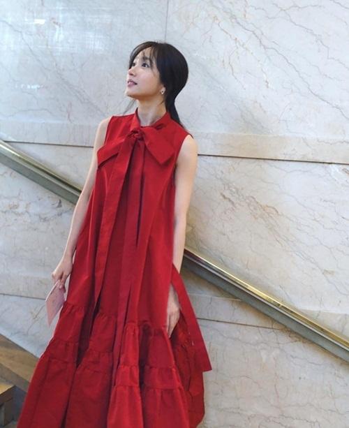 Hani diện váy đỏ bồng bềnh khi đến Paris dự show thời trang.