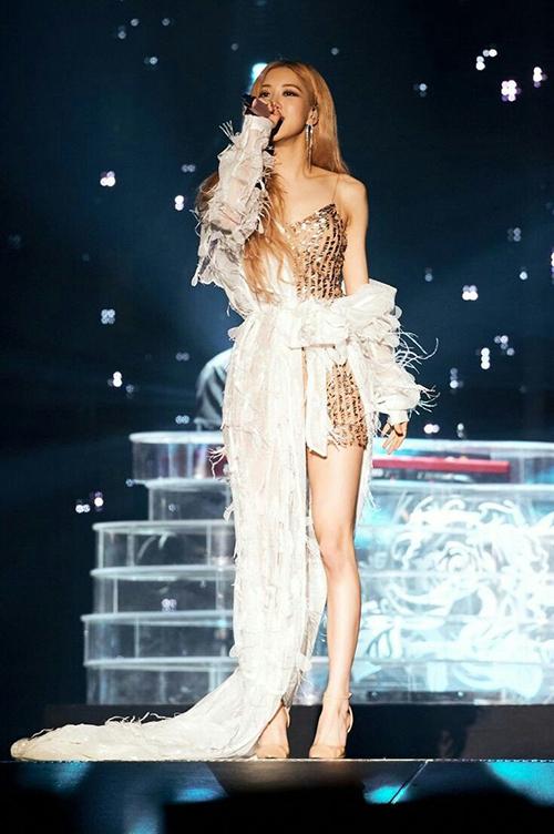 Váy áo như bước ra từ cổ tích giúp Rosé được ví với một nàng công chúa.