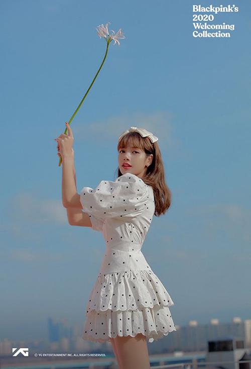 Trong bộ ảnh mới, Lisa gây bất ngờ khi thay đổi phong cách hoàn toàn. Khác với vẻ cool ngầu đã thành thương hiệu, nữ idol xinh như công chúa với bộ đầm xòe chấm bi. Chiếc nơ to bản tông xuyệt tông là điểm nhấn hoàn hảo cho mái tóc.
