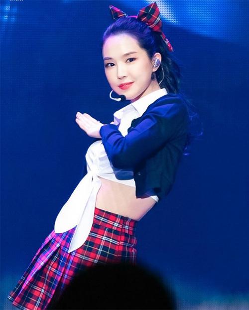 Chiêu váy và nơ cùng họa tiết cũng mang đến vẻ trẻ trung, xinh yêu như nữ sinh cho Na Eun.