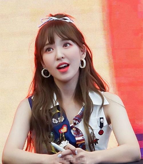 Nếu muốn đua theo trend của các idol nhưng sợ nơ to bản quá nổi bật, bạn cũng có thể bắt mốt với những chiếc kẹp nơ nhỏ xinh như Wendy trước.