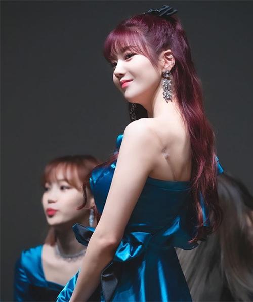 Mái tóc xoăn gợn sóng buộc nửa của Eun Bi trông càng bắt mắt nhờ chiếc nơ tóc.