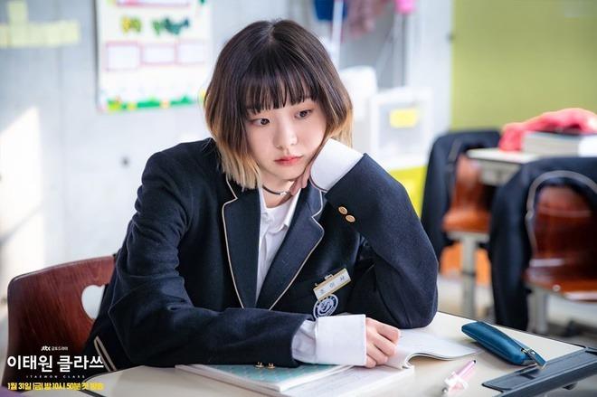 """<em>Itaewon Class</em> (<em>Tầng lớp Itaewon</em>) đang là bộ phim Hàn hot nhất. Bên cạnh sự tỏa sáng của nam chính Park Seo Joon, nữ chính Kim Da Mi trong vai Jo Yi Seo cũng mang lại sức hút cho bộ phim bởi cá tính đặc biệt.<br /><br /> Jo Yi Seo sở hữu phong cách chất, có chút """"dị"""". Thế nhưng những món đồ cô nàng diện đều đến từ thương hiệu đình đám."""