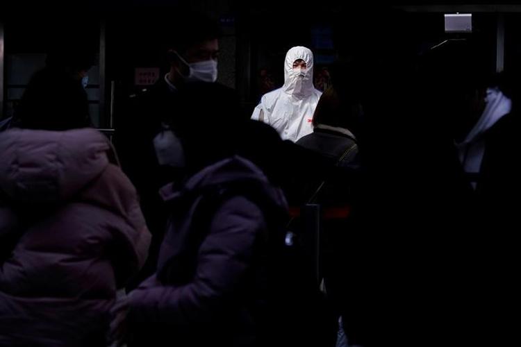 Hành khách đeo khẩu trang bảo hộ trên ga tàu ở Thượng Hải, Trung Quốc, ngày 17/2. Ảnh: REUTERS.