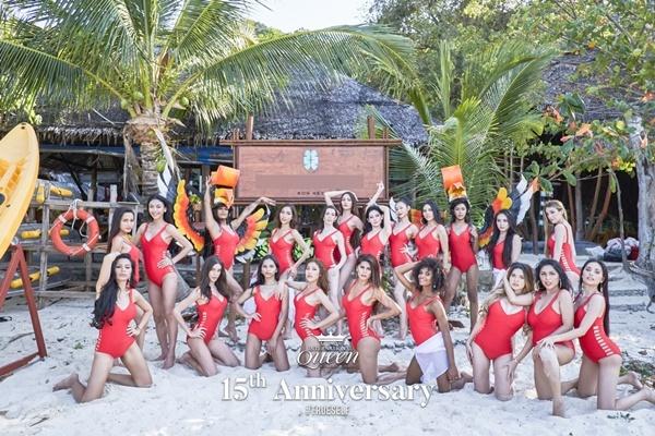 21 thí sinh Hoa hậu Chuyển giới Quốc tế 2020 vừa di chuyển từ Pattaya đến Phuket, Thái Lan để tham gia hoạt động chụp hình áo tắm, quảng bá cho cuộc thi. Họ được ban tổ chức cho diện cùng mẫu bikini một mảnh gam màu đỏ, cắt xẻ phần eo.
