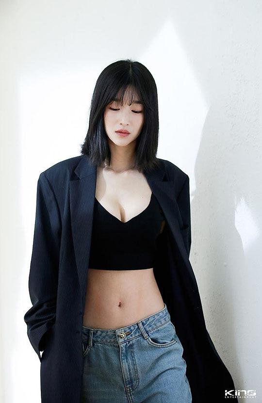 Nữ diễn viên từng xuất hiện trên tạp chí với những bộ cánh thiếu vải, khoe vòng 1 táo bạo.